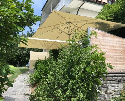 Schirme und Seitenmarkise im Einklang
