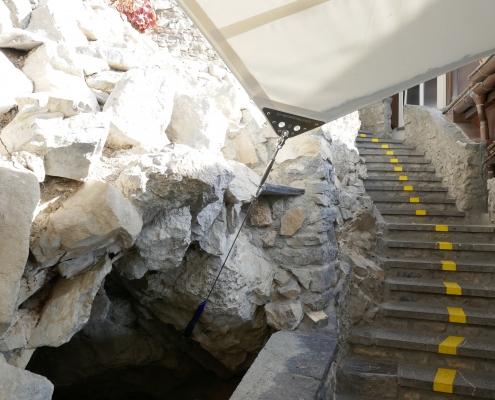 Wasserabfluss in bestehende Höhle
